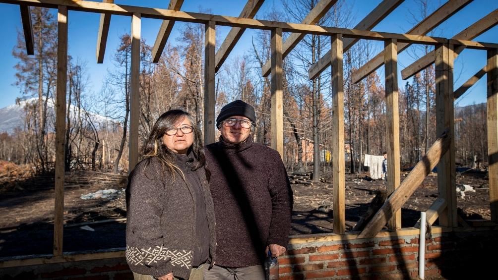 Gracias a la solidaridad, los vecinos afectados -como Cristian y su compañera- pueden recuperar sus viviendas.