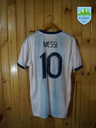 La camiseta argentina firmada por Messi y sus compañeros de la Seleccion.