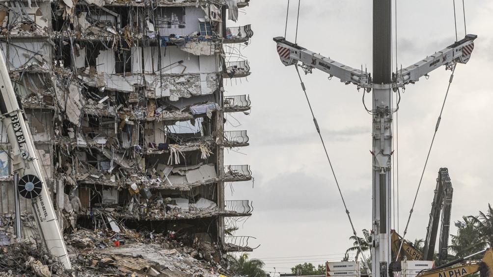 El bloque de 55 apartamentos frente al mar se derrumbó la madrugada del 24 de junio. Foto: AFP