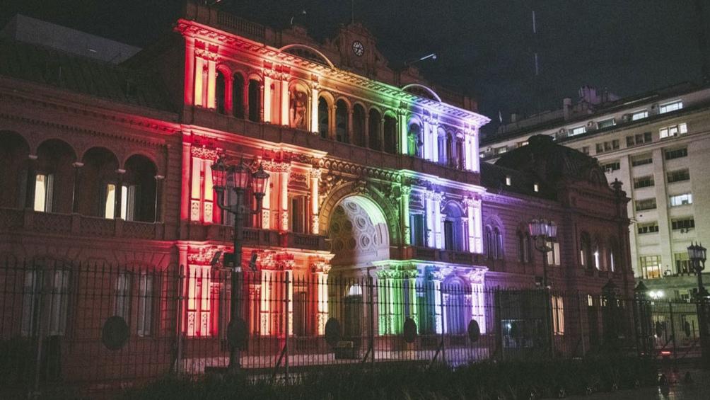 La Casa de Gobierno fue engalanada con los colores del arco iris, en conmemoración del Día del Orgullo LGBTIQ+