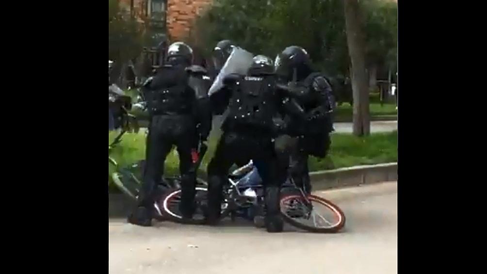 Suspenden a tres policías que fueron filmados agrediendo a periodistas y transeúntes en Colombia.