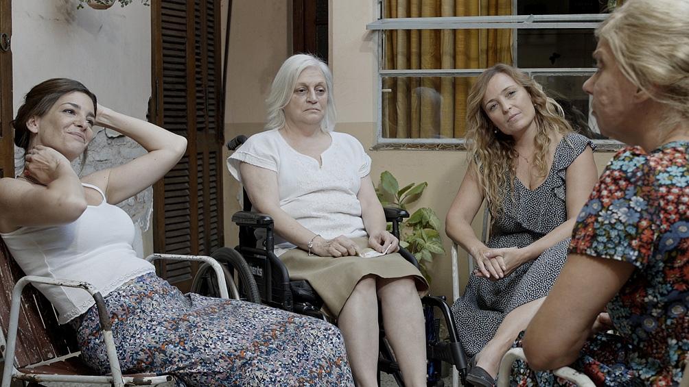 El aniversario de la abuela funciona como disparador para abordar las complejidades de las relaciones familiares.