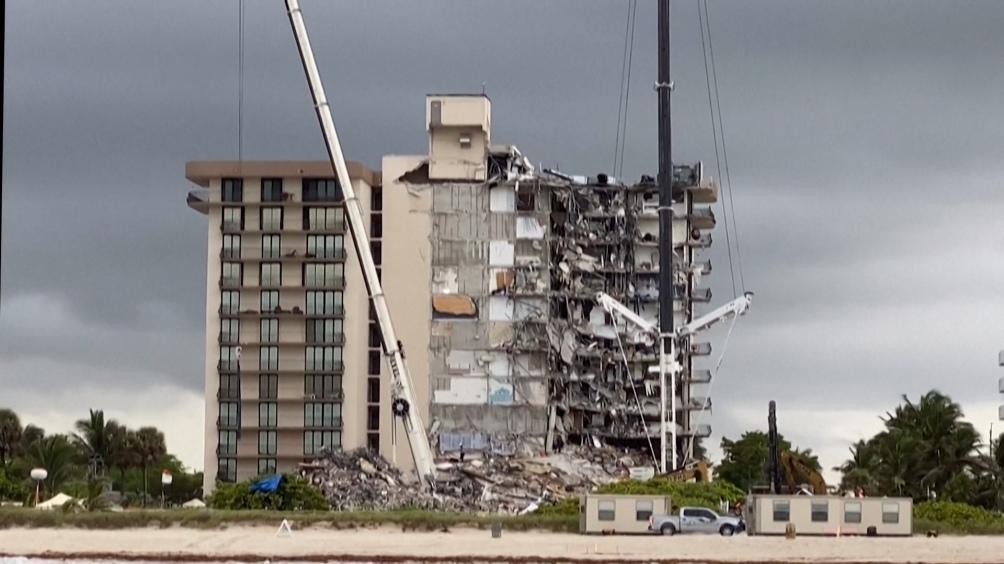 Suspenden la búsqueda ante avance de ciclón y decisión de demoler edifico que quedó en pie