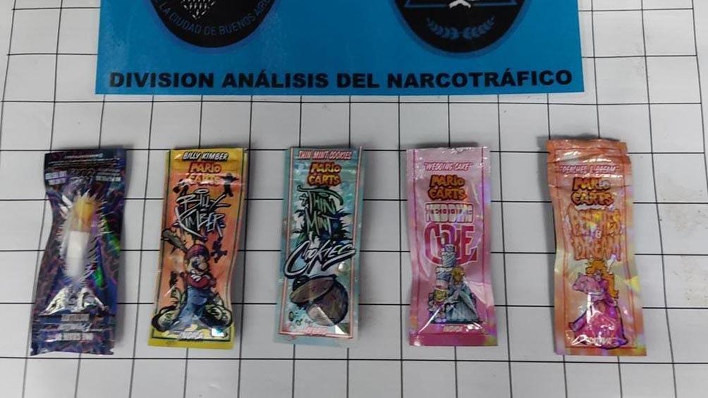 Los cinco envoltorios secuestrados que contenían los frascos con marihuana sintética.