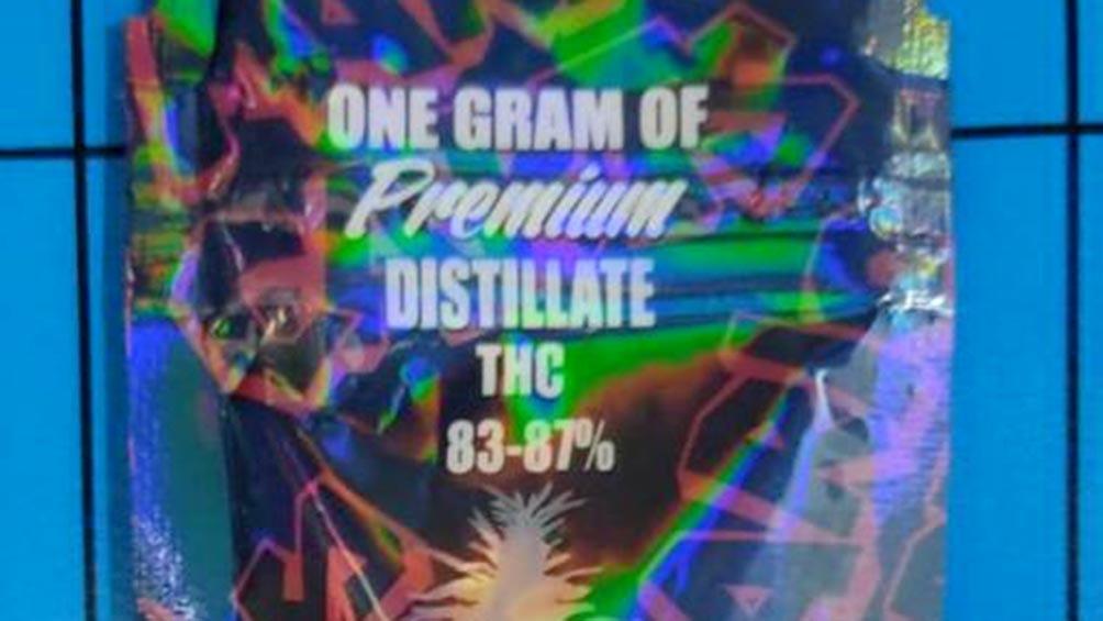 """Uno de los envases tenía impresa, en ingles, la leyenda: """"Un gramo de THC premium destilado 83-87%""""."""