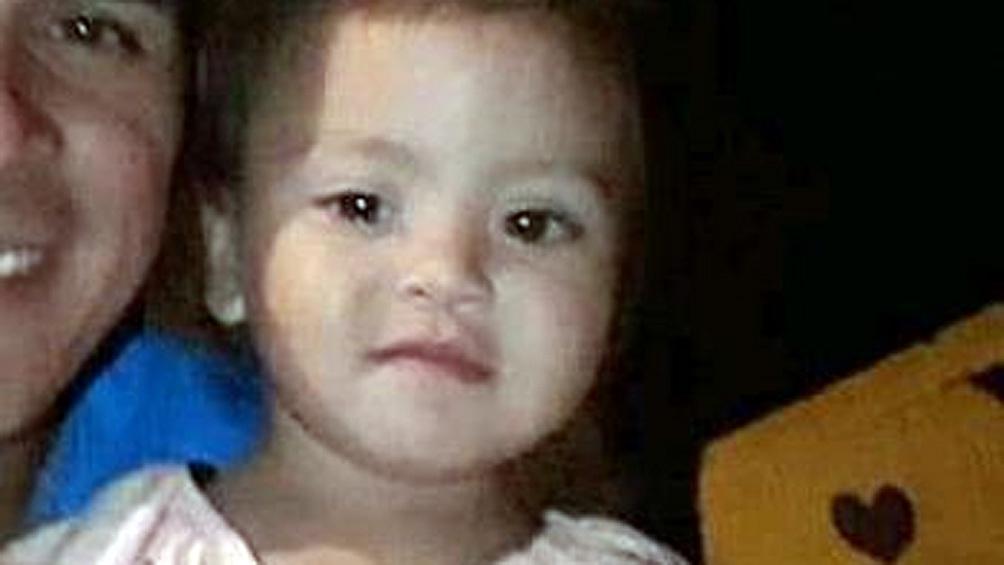 La niña es de contextura delgada, cabello largo, tez blanca y ojos marrones.