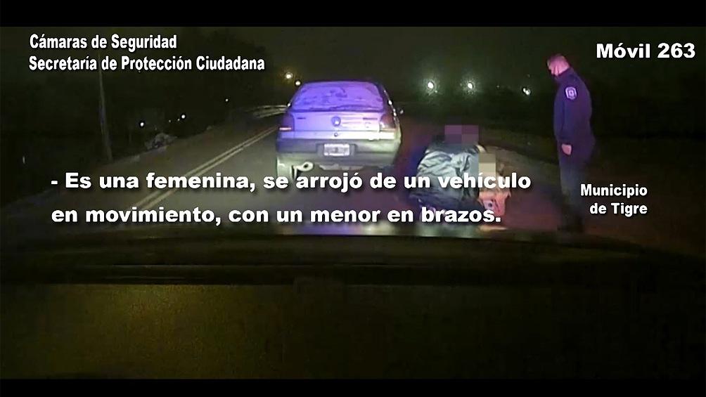 Una mujer de 22 años fue asistida por la policía luego de haberse arrojado desde un auto con su dos hijos menores.
