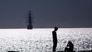 La Fragata Libertad llegó a Mar del Plata y permanecerá hasta el domingo fondeando en el mar
