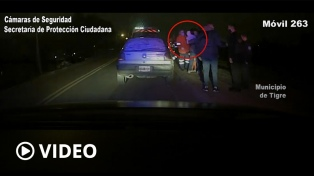 Una mujer con sus hijos se arrojó de un auto en marcha para escapar de su agresor