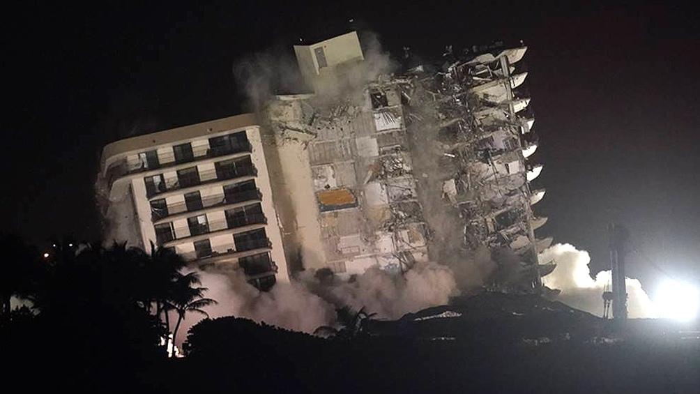 El domingo en la noche demolieron con explosivos lo que quedó en pie luego del derrumbe.
