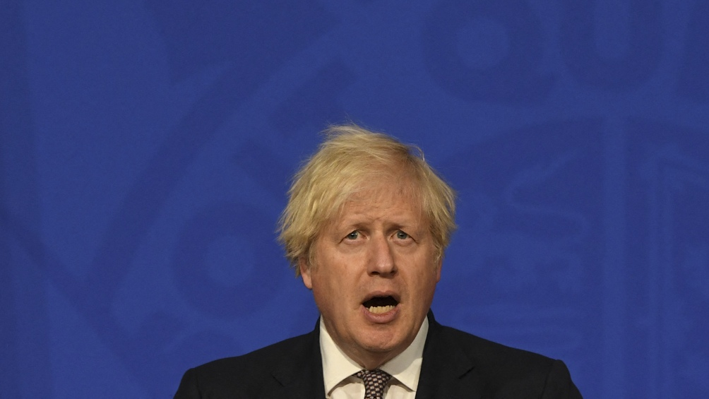 Boris Johnson anunció que el barbijo y el distanciamiento se terminan el 19 de julio