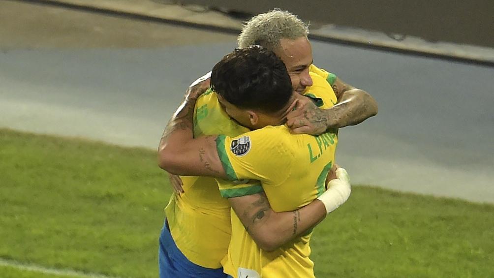 El festejo de Paquetá y Neymar, tras el tanto brasileño, que le dio el pase a la final al local (Foto: @CopaAmerica)