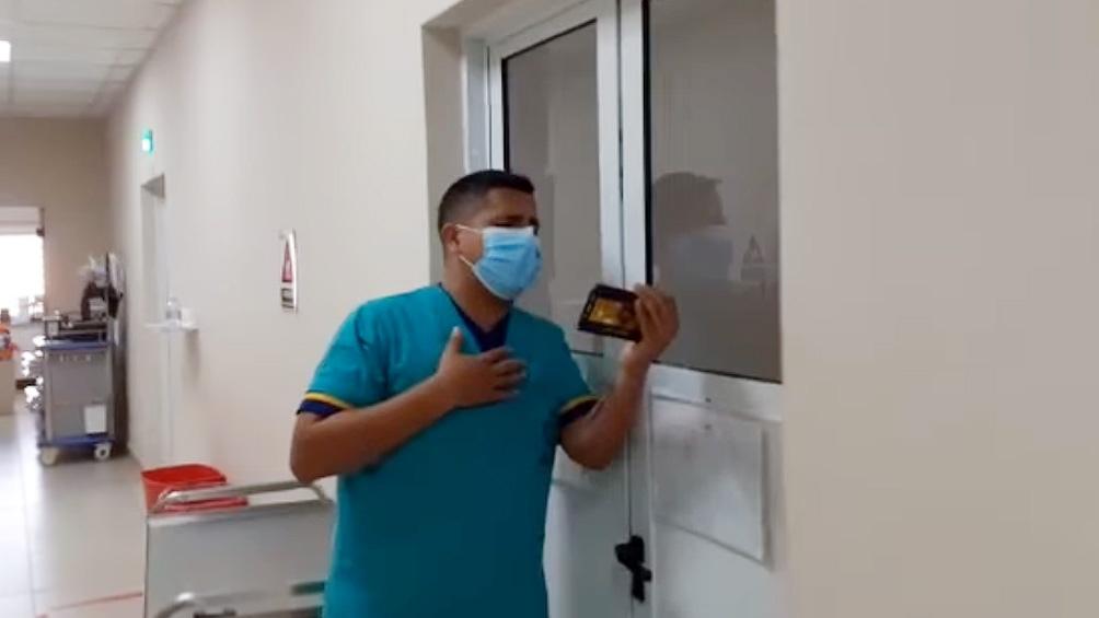 """""""Siempre les cantó a ellos (los pacientes) para darles un poco de alegría en medio de esta pandemia"""", dijo Ivo Corbalán."""