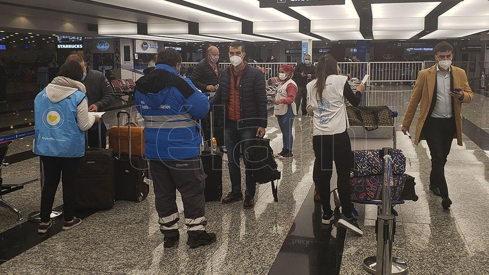 Migraciones: podrán ingresar al país extranjeros que sean parientes directos de argentinos
