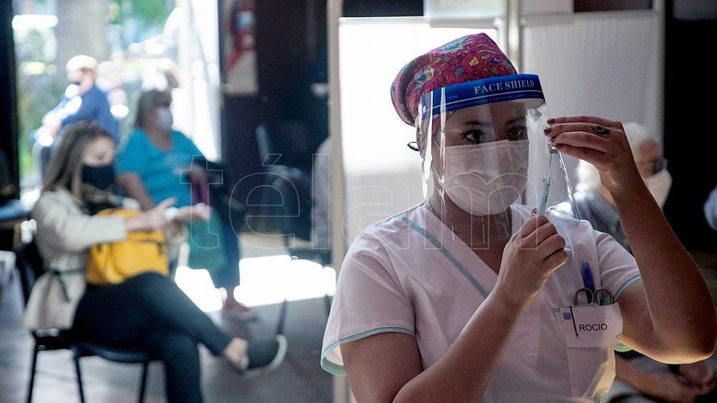 Vacunar según grupo etario fue en base a que la edad es el principal factor para que una persona desarrolle la enfermedad grave o mortal.