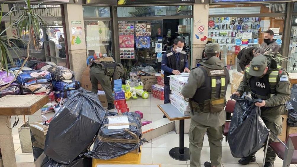 Detienen a cinco personas acusadas de contrabandear lingotes de oro.