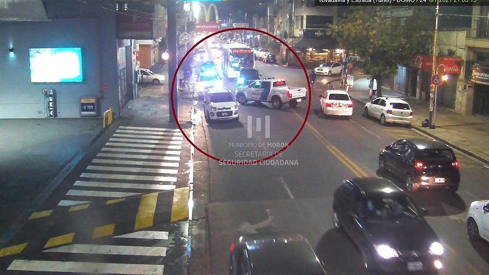 Los delincuentes iban a bordo de dos autos robados, un Volkswagen Gol y un Honda Fit que chocó contra otro vehículo estacionado.