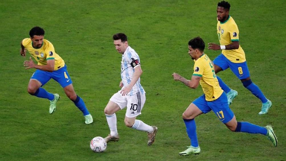 """Messi, el iniciador de las jugadas ante los brasileños, aquí marcado por el """"Scratch"""" (Foto: @CopaAmerica)"""