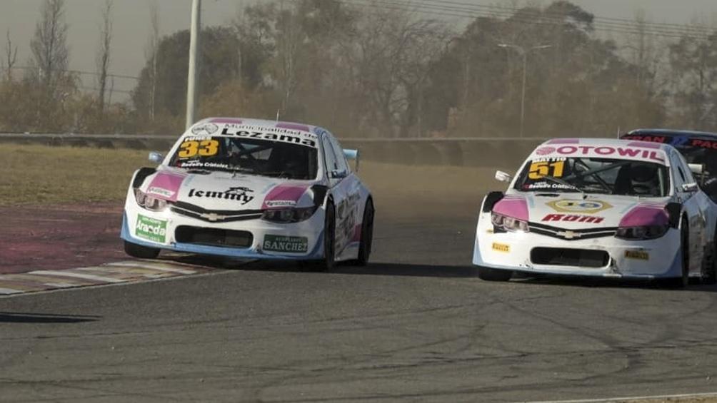 Dos de los autos que Vitarti alquila para competir.