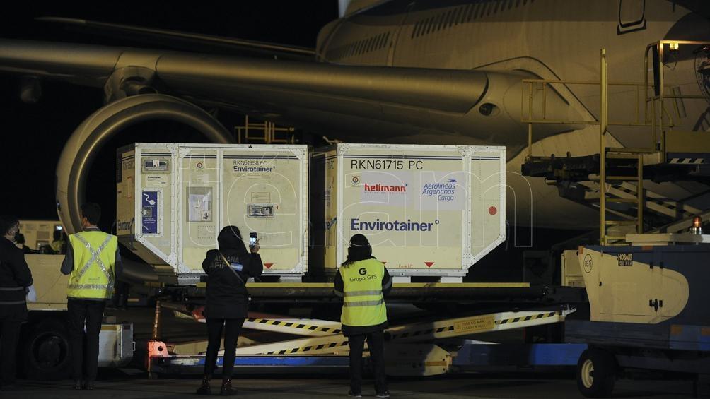 El vuelo AR1075 de Aerolíneas aterrizó en Ezeiza a las 18.50 de este lunes, procedente de Beijing (Osvaldo Fantón).