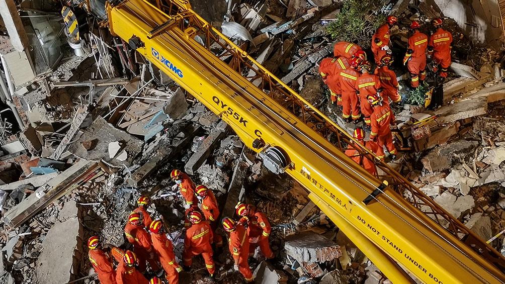 14 personas fueron rescatadas de entre los escombros.
