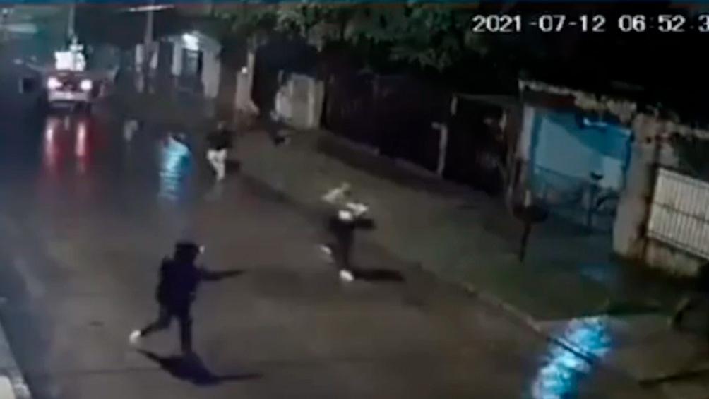Uno de los delincuentes le efectuó dos disparos que lo impactaron en la pierna izquierda y en el abdomen.
