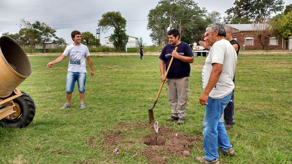 Los protagonistas que participaron de la prueba piloto, trabajando en los cimientos de las casas.