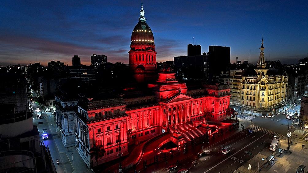 La fachada del edificio del Congreso de la Nación se iluminó el 28 de mayo de rojo, en el marco del Día Mundial de la Higiene Menstrual y con el fin de dar visibilidad a una temática prioritaria de género.
