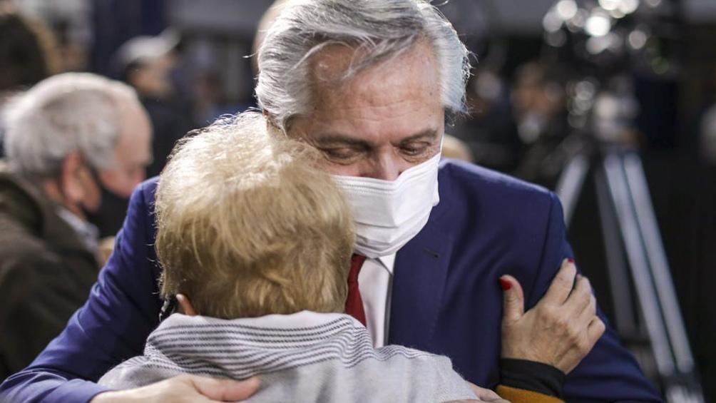 El Presidente abraza a una jubilada en el acto de Lomas de Zanora