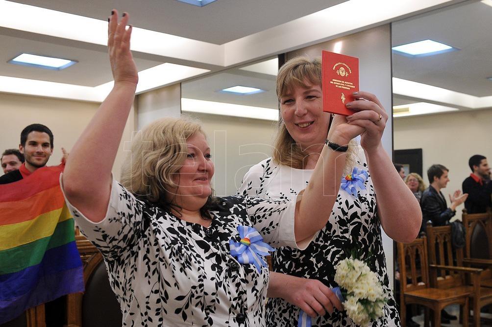 Marina Mironova y Oxana Tomofeeva, una pareja rusa que se casaron en 2014 en el Registro Civil de Uruguay. Foto: Egurza Victoria