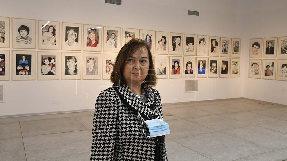 Anita en la muestra Re-Memoria, compuesta con 85 acuarelas del artista Marcos Acosta, en recuerdo de las víctimas del atentado. Todo con la supervisión de Elio Kapszuk, director de Arte de la AMIA. (Foto: Pablo Añeli)