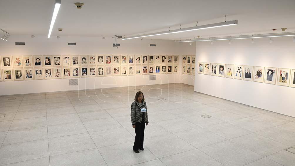 Anita, con las imágenes de muchos de sus compañeros y amigos que murieron en el atentado. (Foto: Pablo Añeli)