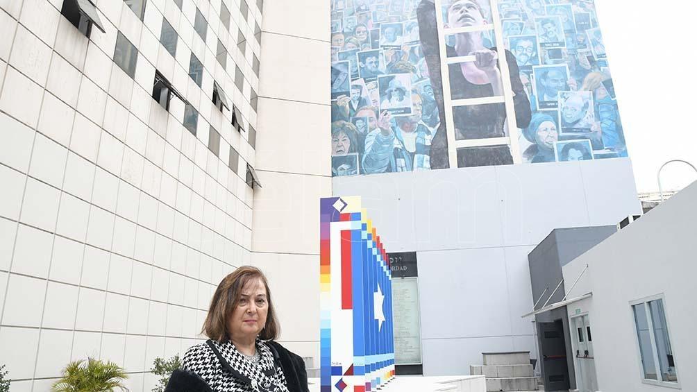 Detrás de la Anita, la escultura abierta del israelí Yaacov Agam y el Muro de la Memoria, del artista Martín Ron. (Foto: Pablo Añeli)