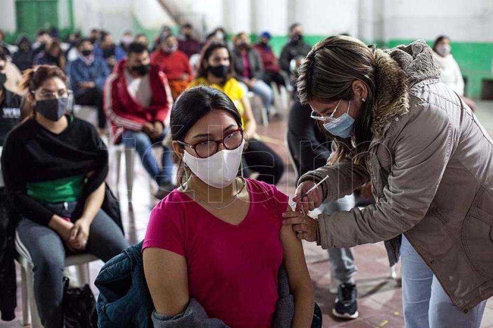Varios distritos reportaron que ya lograron inocular a casi el 100 por ciento de la población objetivo. Foto: Emilio Rapetti.
