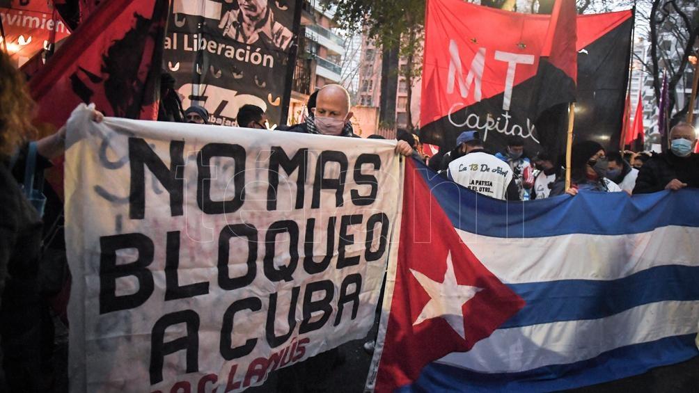 Cientos de simpatizantes de organizaciones sindicales y sociales y partidos de izquierda se reunieron frente a la embajada de Cuba en Buenos Aires. Foto: Victor Carreira