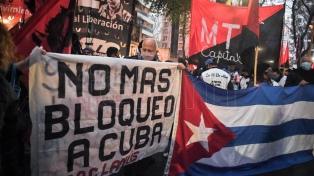 Un abrazo solidario y una protesta opositora frente a la embajada de Cuba en Argentina
