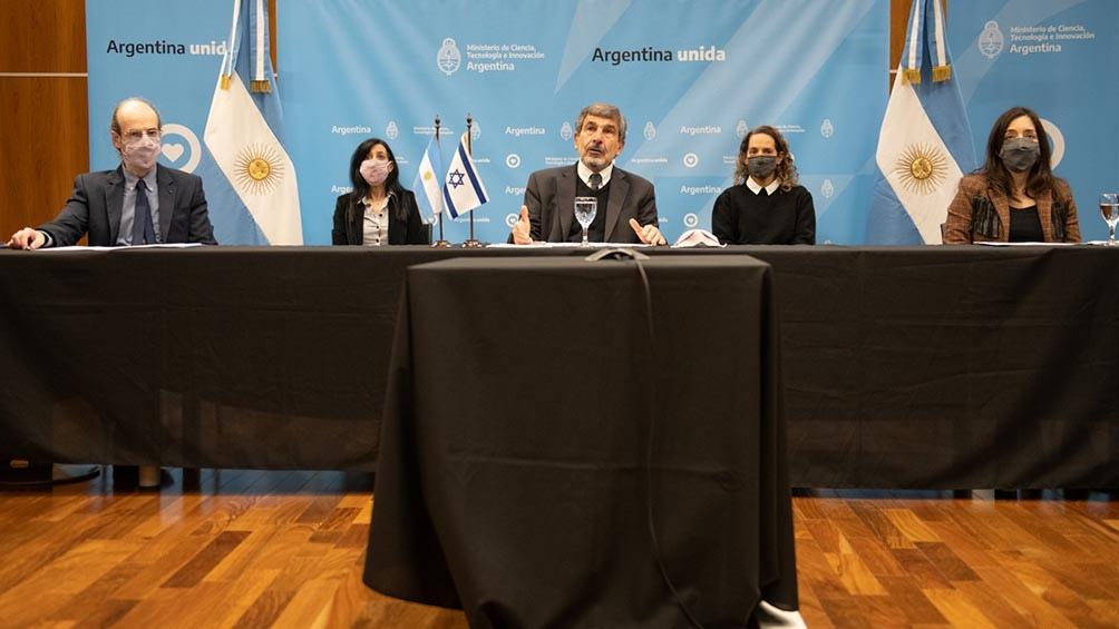 El ministro Salvarezza hizo el anuncio junto a la embajadora de Israel Galit Ronen.
