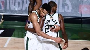 Milwaukee va por el título de campeón de la NBA tras 50 años ante Phoenix