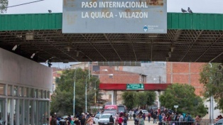 Protesta de trabajadores de Salud mantiene bloqueado el puente internacional en La Quiaca