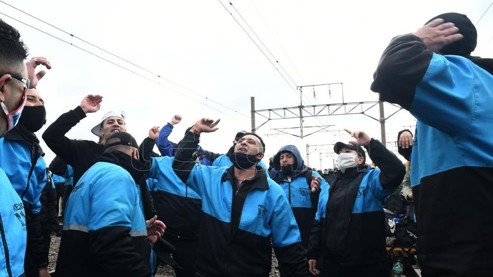 Los manifestantes son trabajadores tercerizados de la empresa que reclaman el pase a planta.