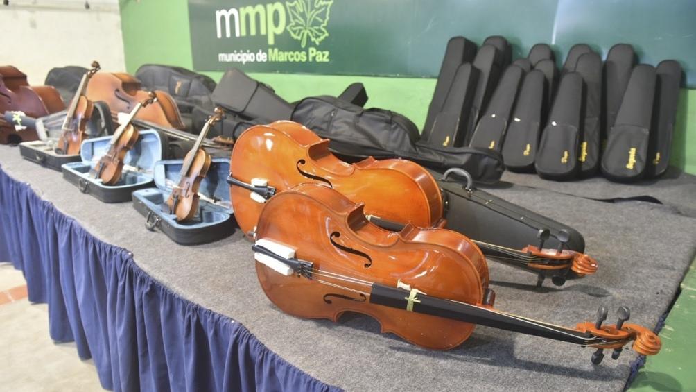 Se entregaron 80 instrumentos musicales y atriles