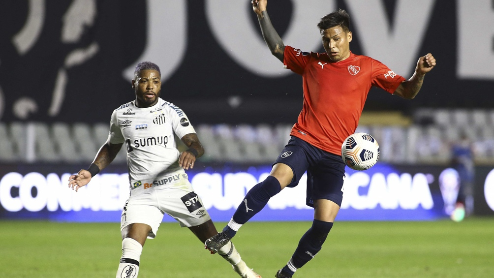 """El """"Rojo"""" perdió ante Santos y no hizo goles como visitante, lo que complica su panorama (Foto: AFP)."""