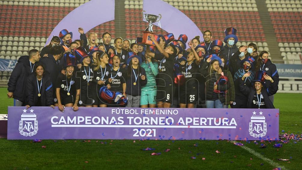 """La celebración de las futbolistas """"cuervas"""" (Foto: Ramiro Gómez)."""