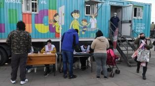 Alivio y emoción de cientos de personas al vacunarse en la estación de Florencio Varela