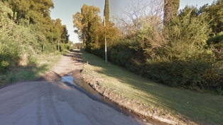 Hallan a un hombre asesinado de un balazo dentro de un auto incendiado en Moreno