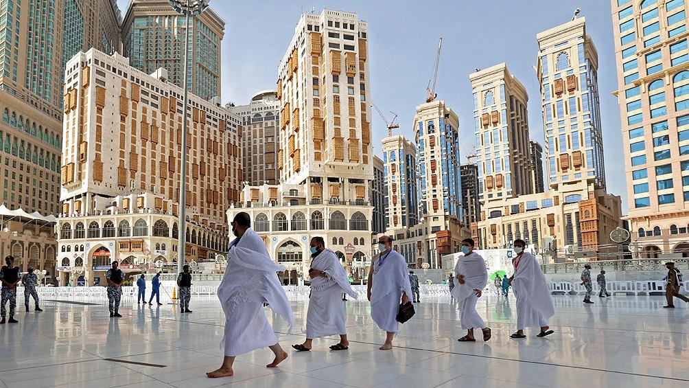 Con controles sanitarios y límite de aforo, comenzó la segunda peregrinación a La Meca en pandemia. Foto: AFP.