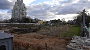 """Vecinos realizaron """"abrazo"""" al playón de Colegiales en rechazo de la construcción de edificios"""