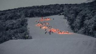 Ushuaia tuvo su tradicional bajada de antorchas en la nieve de Cerro Castor