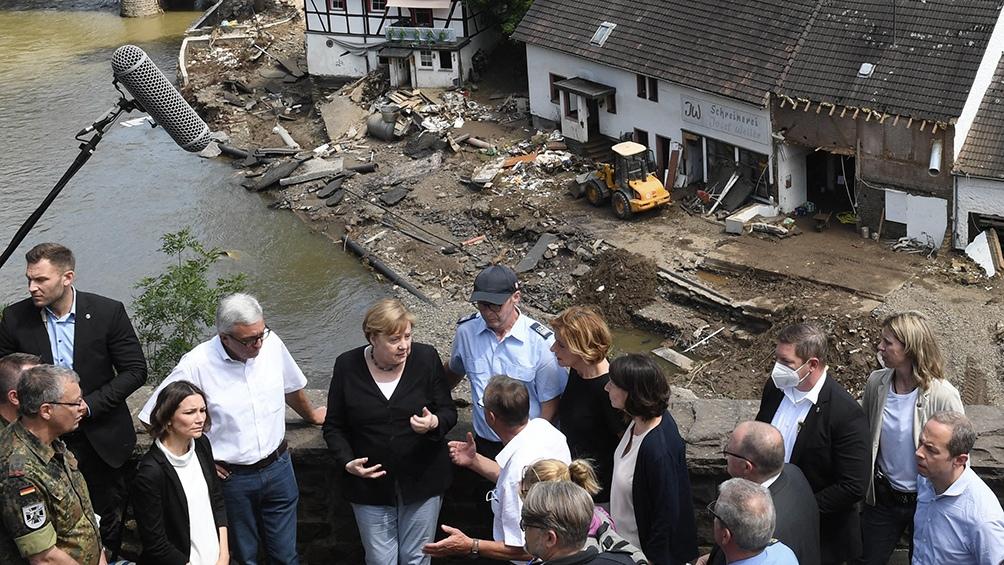 مرکل از شهر شولد ، نه چندان دور از بن ، جایی که رودخانه Ar به یک سیلاب خشمگین تبدیل شده و بخشی از مرکز تاریخی را ویران کرد ، بازدید کرد.