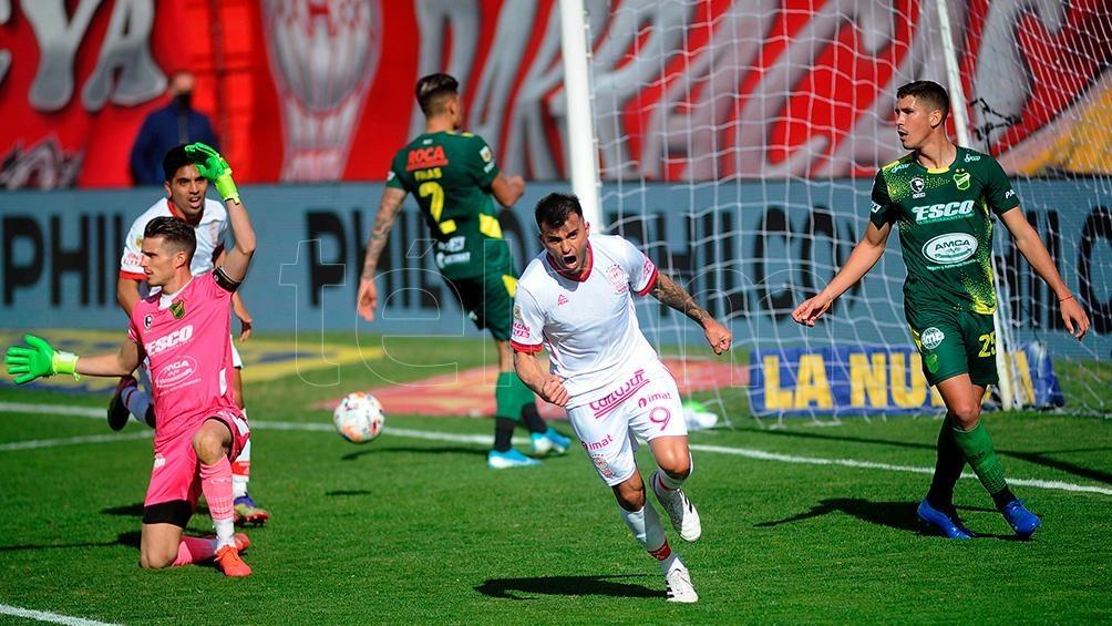 Triverio festeja su gol, en su debut en Huracán.